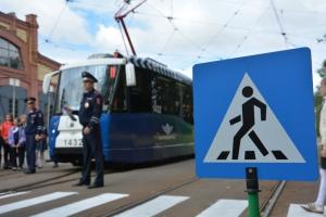 трамвай перед пешеходным переходом