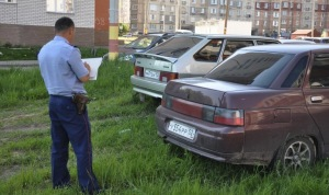 инспектор штрафует за газон