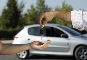 Как перепесать машину на жену не имеющей водительского удостоверения