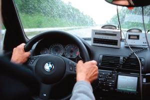 Как правильно держать и крутить руль автомобиля в разных ситуациях
