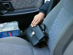 Как заставить водителя выйти из автомобиля и оставить ключи в замке