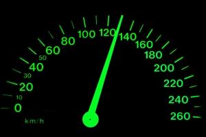 С какой скоростью можно ехать по автомагистрали