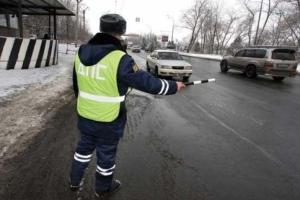 Что должен делать сотрудник ДПС при остановке автомобиля